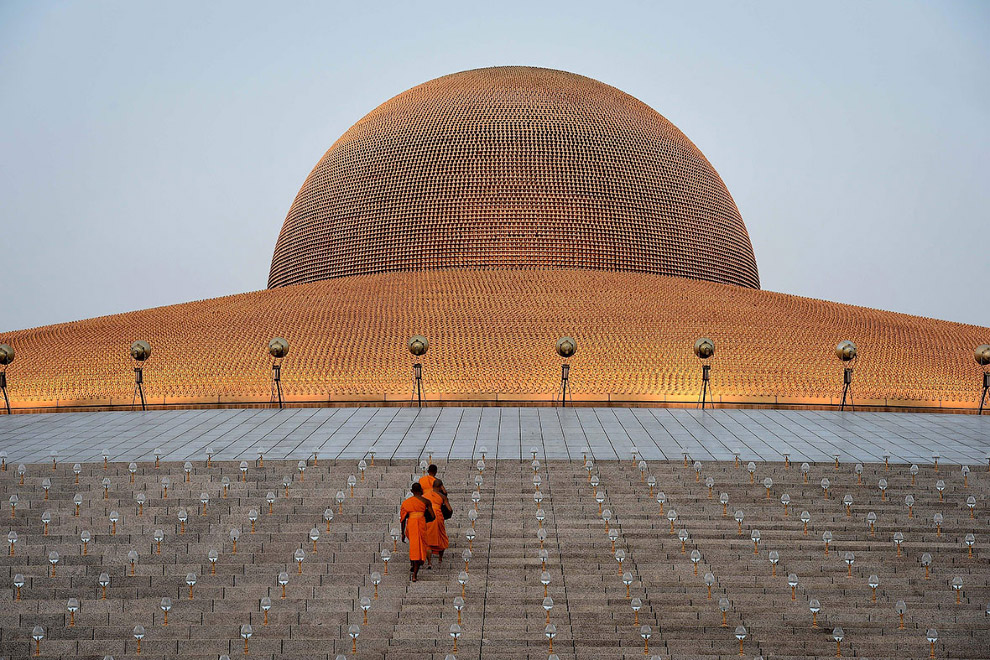 3. В эти дни тысячи буддийских монахов собрались здесь, чтобы почтить память 1250 людей, собрав
