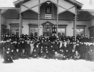 Члены Общества телесного воспитания Богатырь, участники экскурсии на Иматру у здания вокзала на станции Иматра. 1909