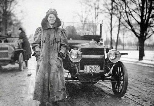Первая в мире автогонщица