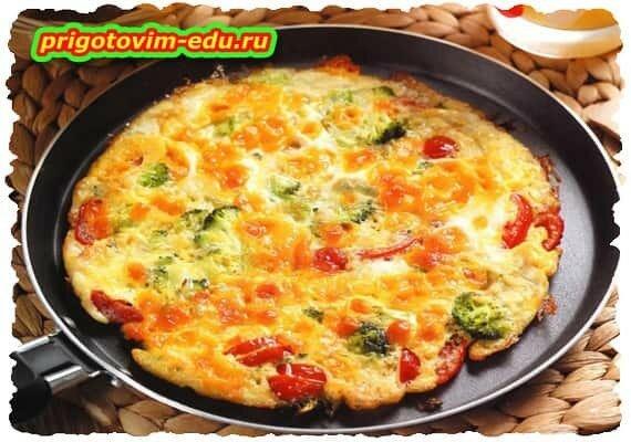 Мексиканский завтрак с сыром и помидорами