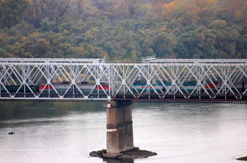 Встреча электровозов ВЛ10У и Синары 2ЭС6 на мосту через реку Белая, перегон Дёма - Уфа