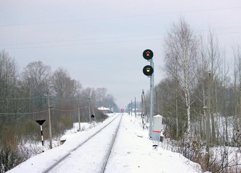 Прожекторный входной светофор Н станции Высокое со стороны станции Льняная, вид на Ржев. На светофоре 2 желтых огня - скрещение
