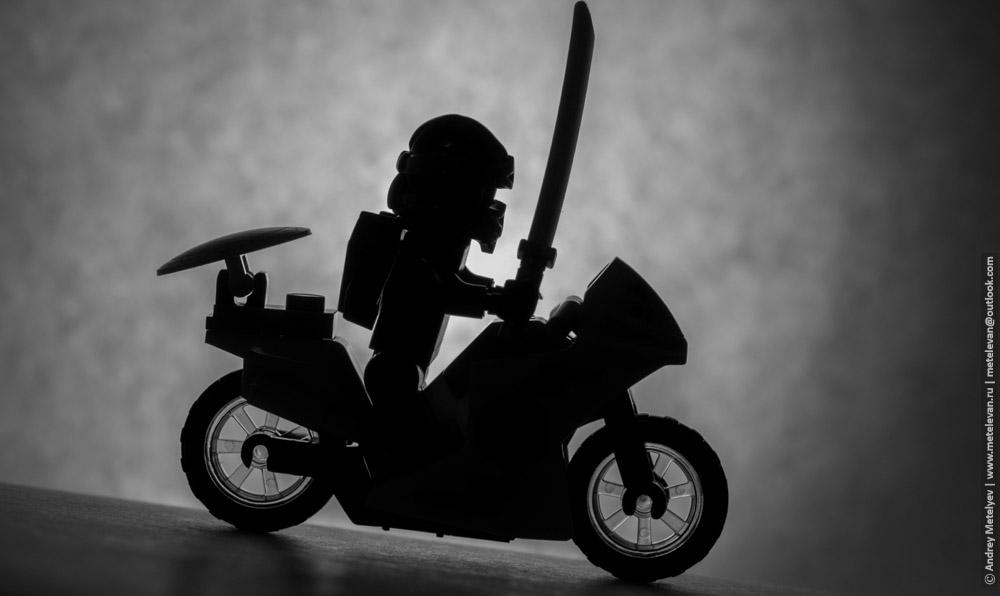 силуэт игрушечного мотоциклиста едущего под горку