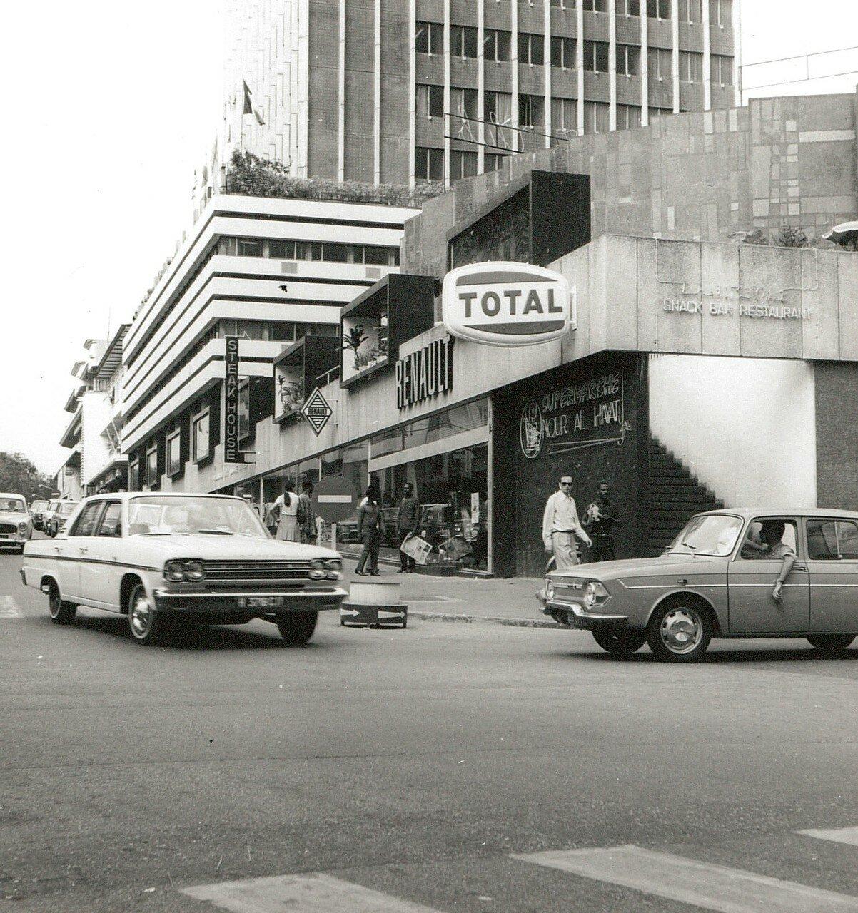 Абиджан. Улица с современными магазинами и ресторанами