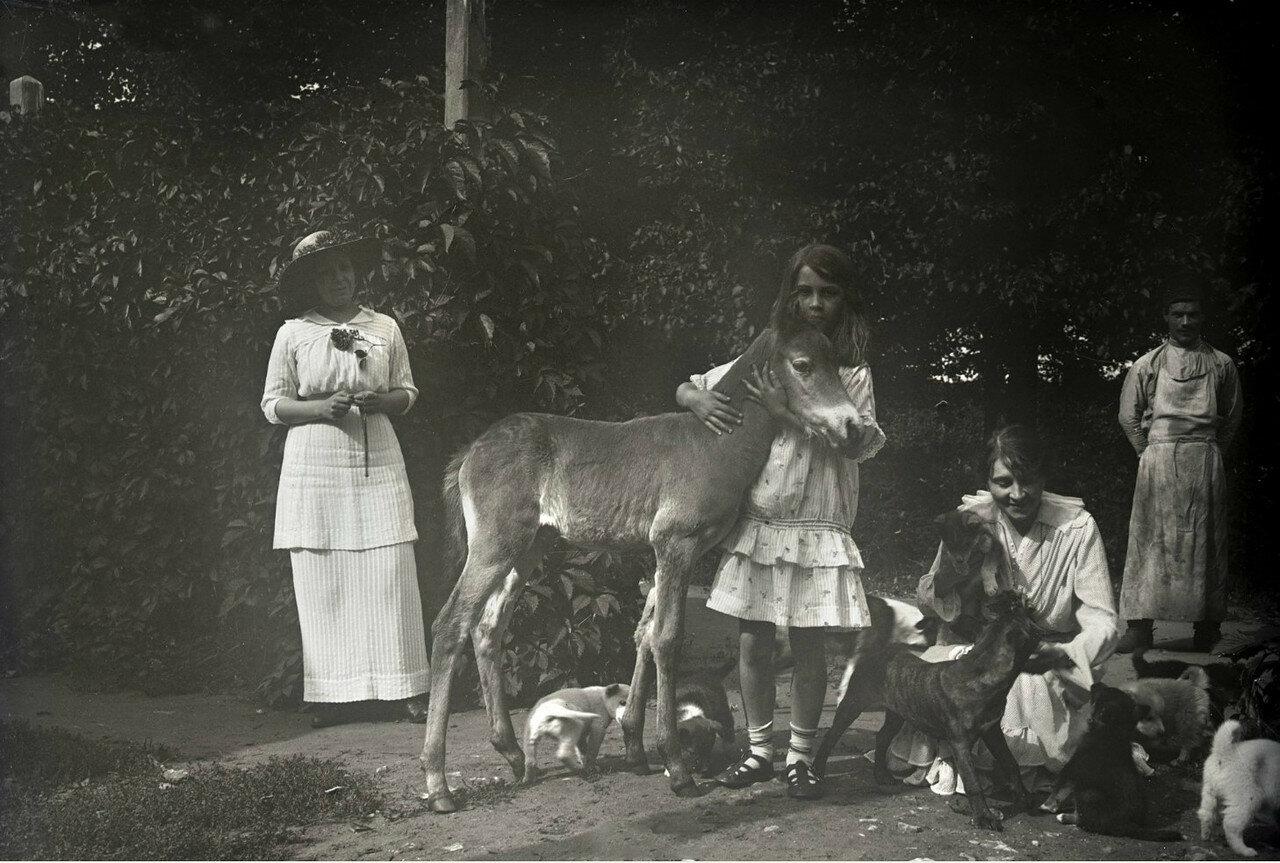 1910. Усадьба Солнцево на  берегу реки Клязьмы. Кира с матерью и жеребенком