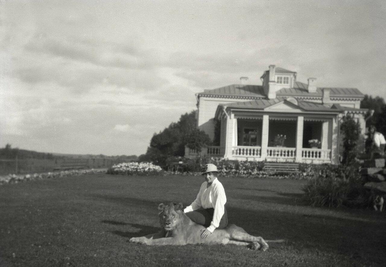 1910. Усадьба Солнцево на  берегу реки Клязьмы. Мария Вострякова с домашним любимцем Левой