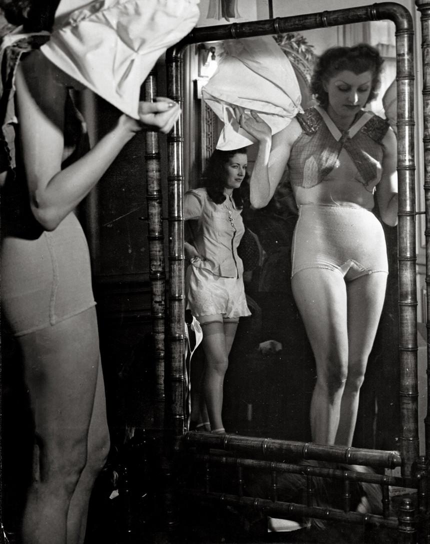 1932. Женщины переодеваются перед зеркалом