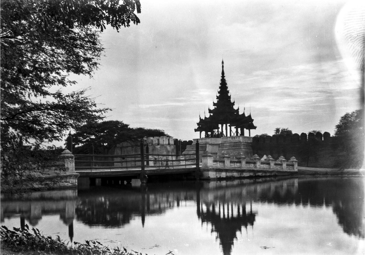 856. Мандалай. Королевский дворец. Вид на пагоду и мост
