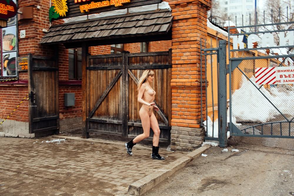 Голая Стелла на зимней прогулке