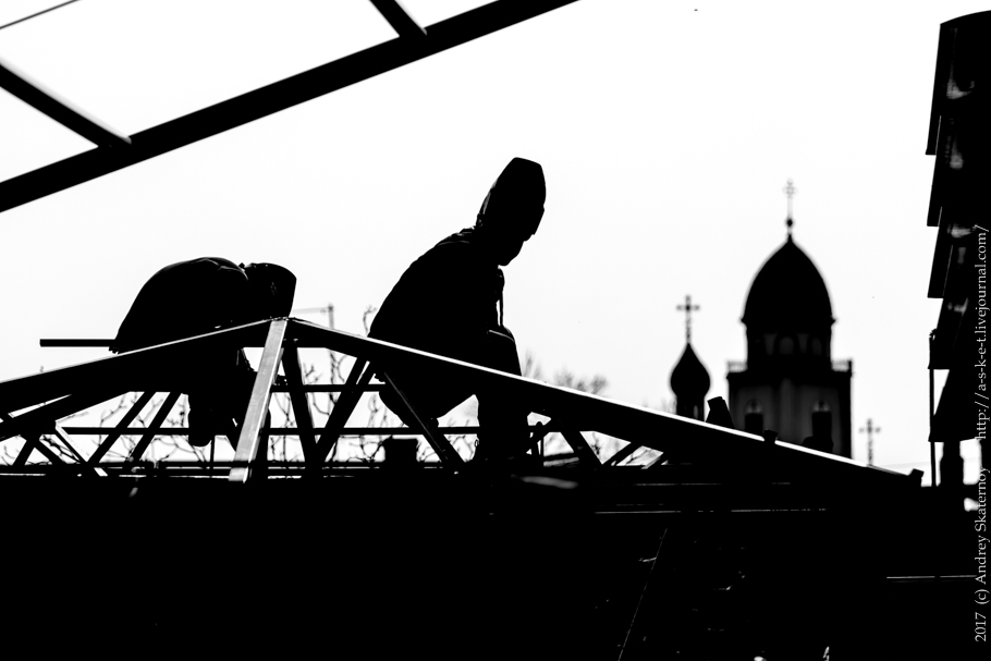 Workers high-builders build a roof