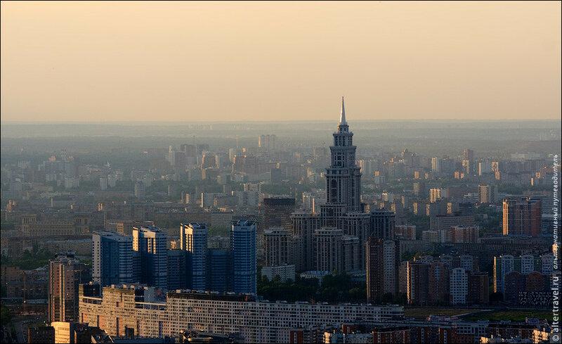 На переднем плане один из самый длинных домов в России