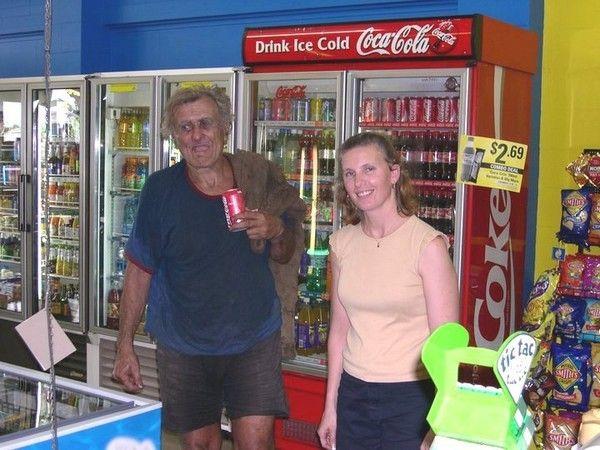 В супермаркете он покупает мороженное и свой любимый напиток Кока-Колу, курицу-гриль, в кафе