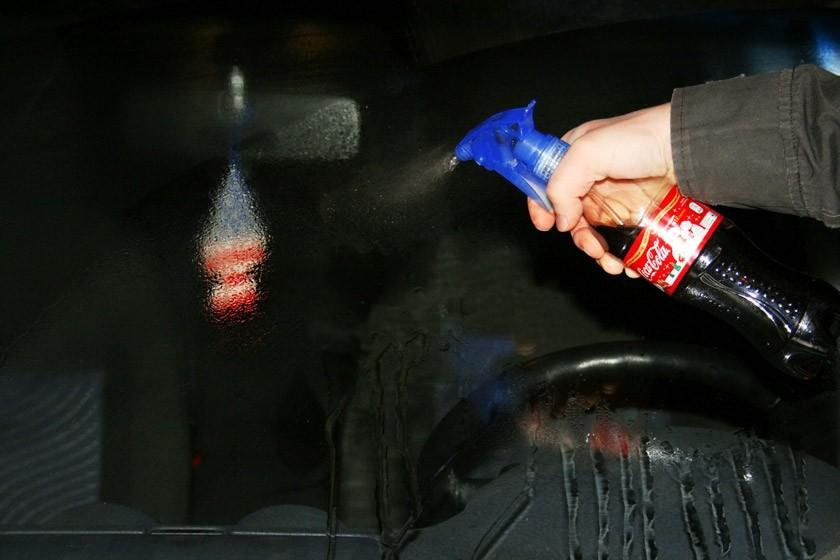 11. Чистые стекла Благодаря содержащейся в ней кислоте, кола — отличное средство для чистки автомоби