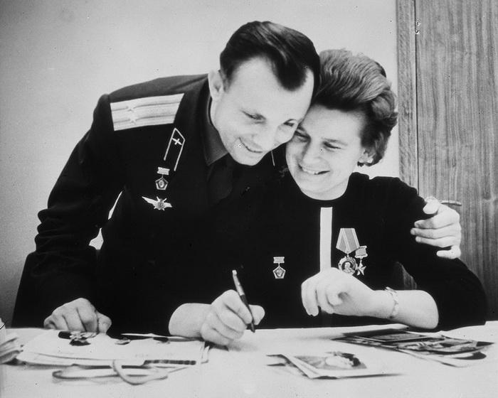 Юрий Гагарин и Валентина Терешкова. Приземление в Алтайском крае оказалось непростым. Измученная жен