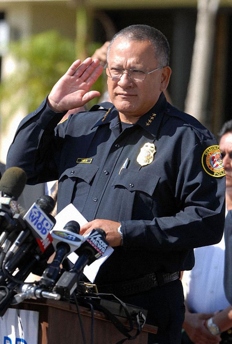 Шеф полиции Чарли Тайгер объявляет результаты вскрытия тела Анны Николь Смит в Форт-Лодердейле, штат