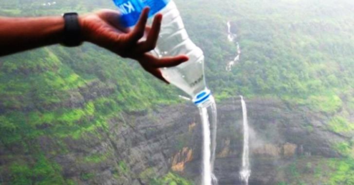 24. Вместо того, чтобы покупать воду в аэропорту, берите с собой пустую бутылку и наполняйте её водо