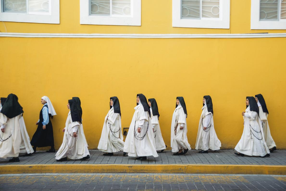 Шествие монахинь, которым разрешили покинуть монастырь на один день, чтобы посетить монастырь франци