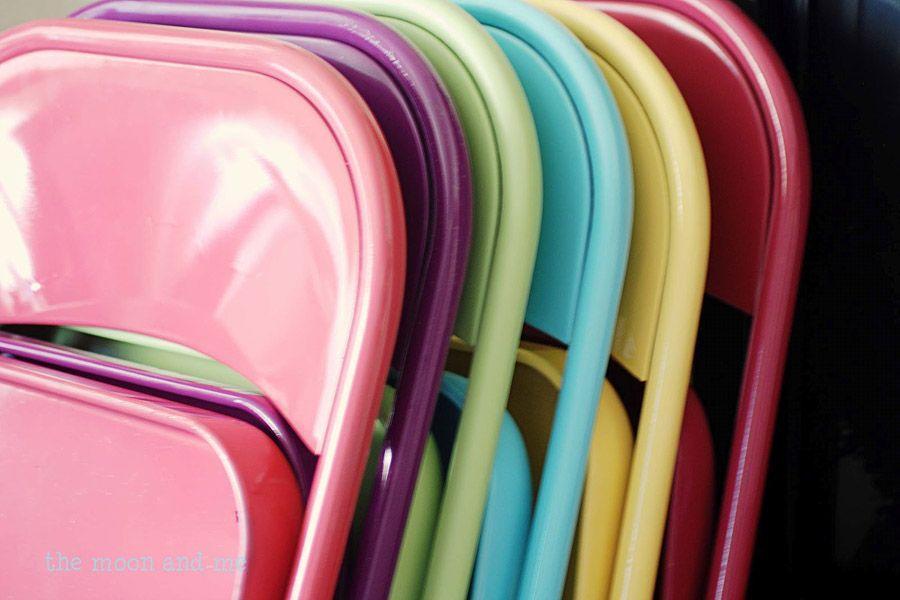 22. Покрасьте краской-спреем банальные складные стулья. Обычно такие стулья почему-то продаются в те
