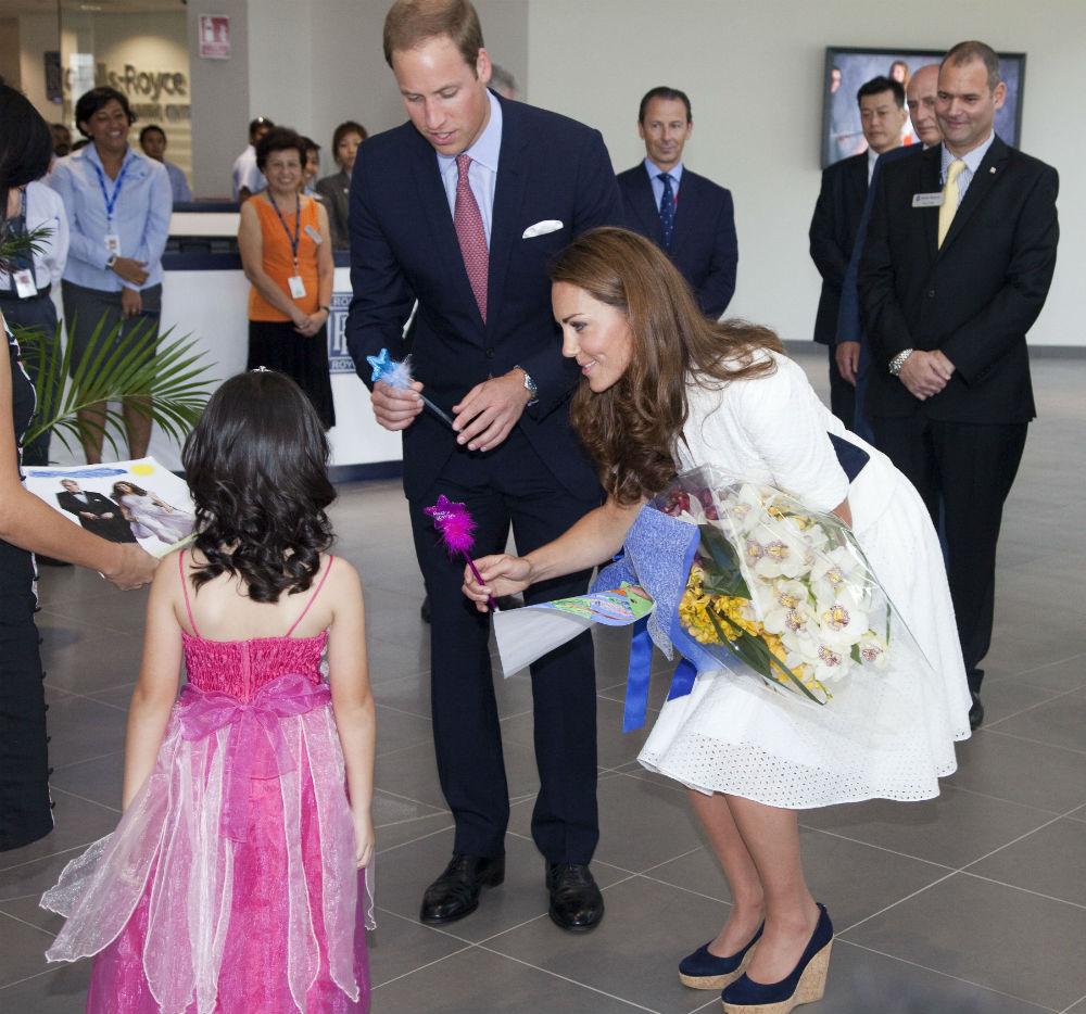 Принимать абсолютно все подарки Все члены королевской семьи обязаны принимать любые подарки от кого