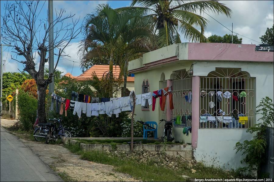 10. Лавка по продаже свежевыжатых соков у входа в доминиканское жилище