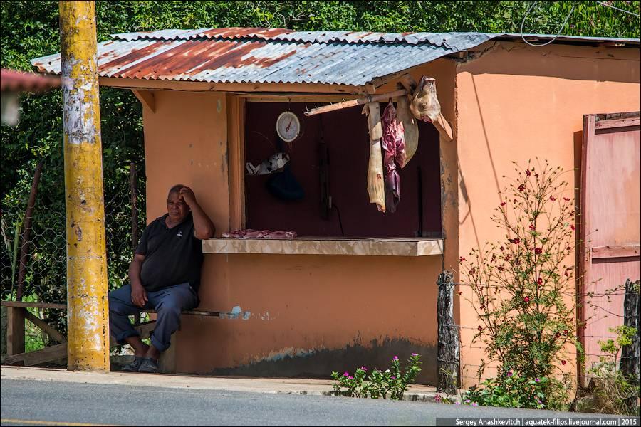 16. Этот киоск не банк, а точка продажи лотерейных билетов. Доминиканцы настолько азартны, что подоб
