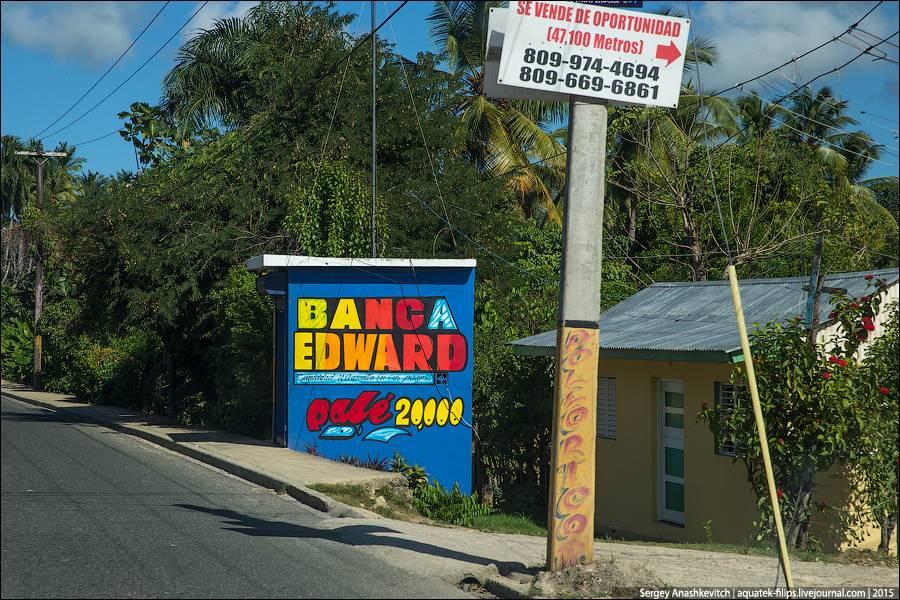 17. Вот уж не знаю, кто покупает этих ярких пластиковых попугаев, но в Доминикане их продают в каких