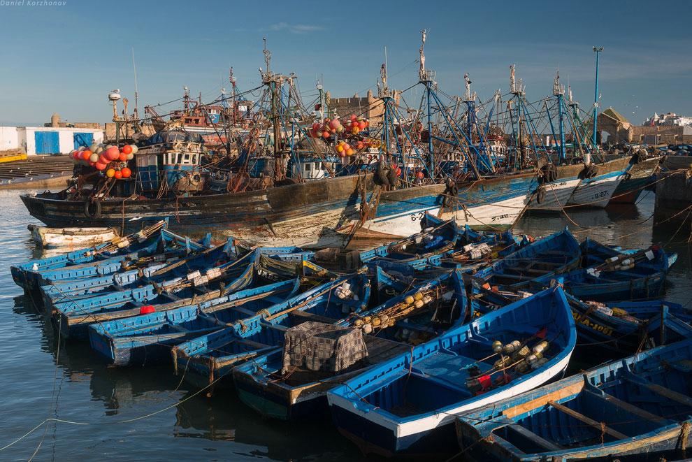 А пока на волнах покачиваются синие лодки Эссуэйры, в портовом рынке в корзинах лежат розовые о