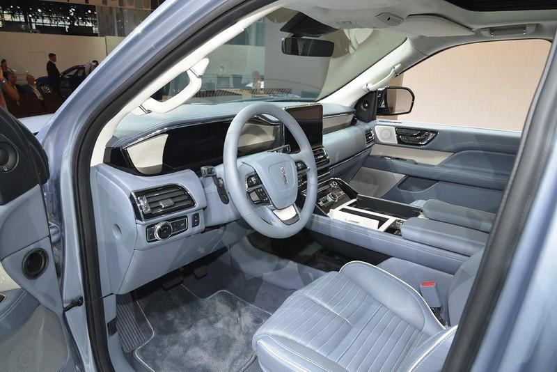 Третий ряд сидений оснащен электроприводом. В салоне новой машине есть шесть USB-разъемов, четыре 12