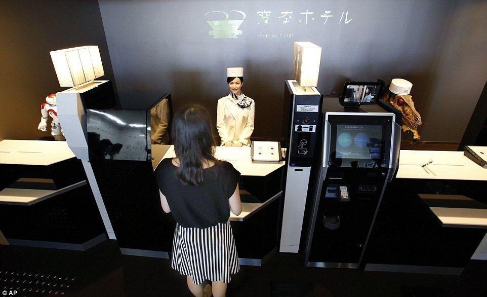 Бездушный сервис: в японском отеле работают одни роботы