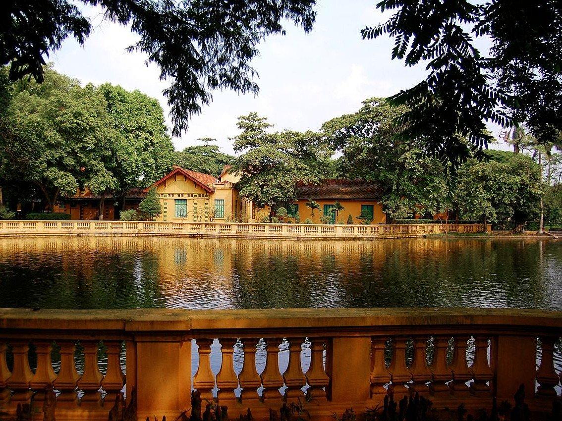 Здание окружает карповый пруд. Дворец спроектировал французский архитектор Август Генри Вильдьё.