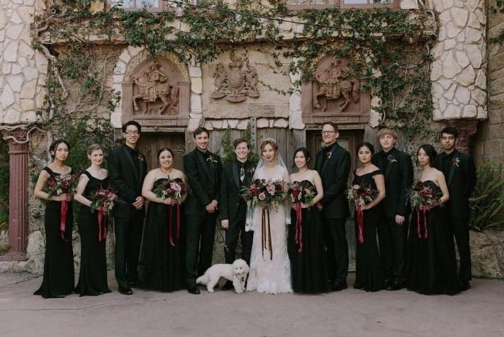 А друзья невесты были одеты в черные костюмы с деталями винного цвета.
