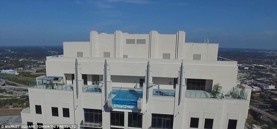 Шаг в пустоту: бассейн с прозрачным дном на высоте 150 метров