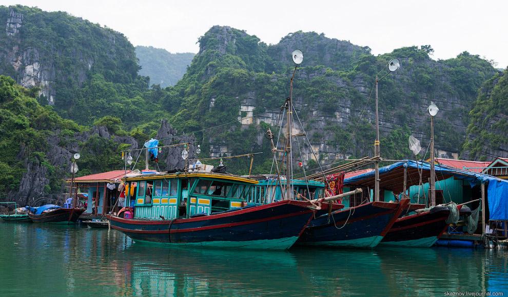 Народ пытается торговать всем чем только возможно, постоянно подплывают лодки с продавцами.