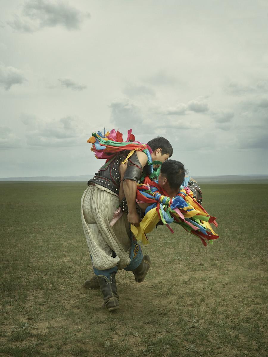 В монгольской борьбе бой идет на открытом пространстве, у каждого борца есть свой «секундант» — засу