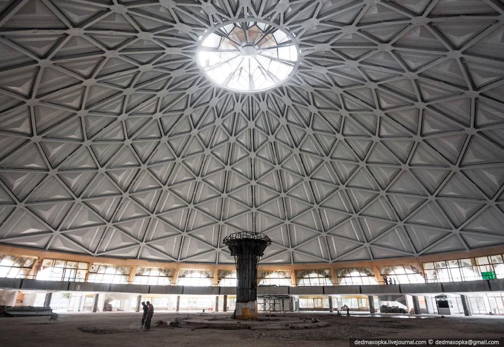Пробыв в Ташкенте два дня, мы направились самолётом в Нукус. Летели мы на Ил-114. По прилёту ст