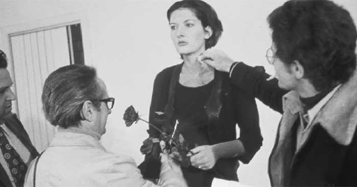 Один мужчина использовал лезвие, чтобы сделать у нее на шее надрез. Затем, как рассказал Макэвилли,