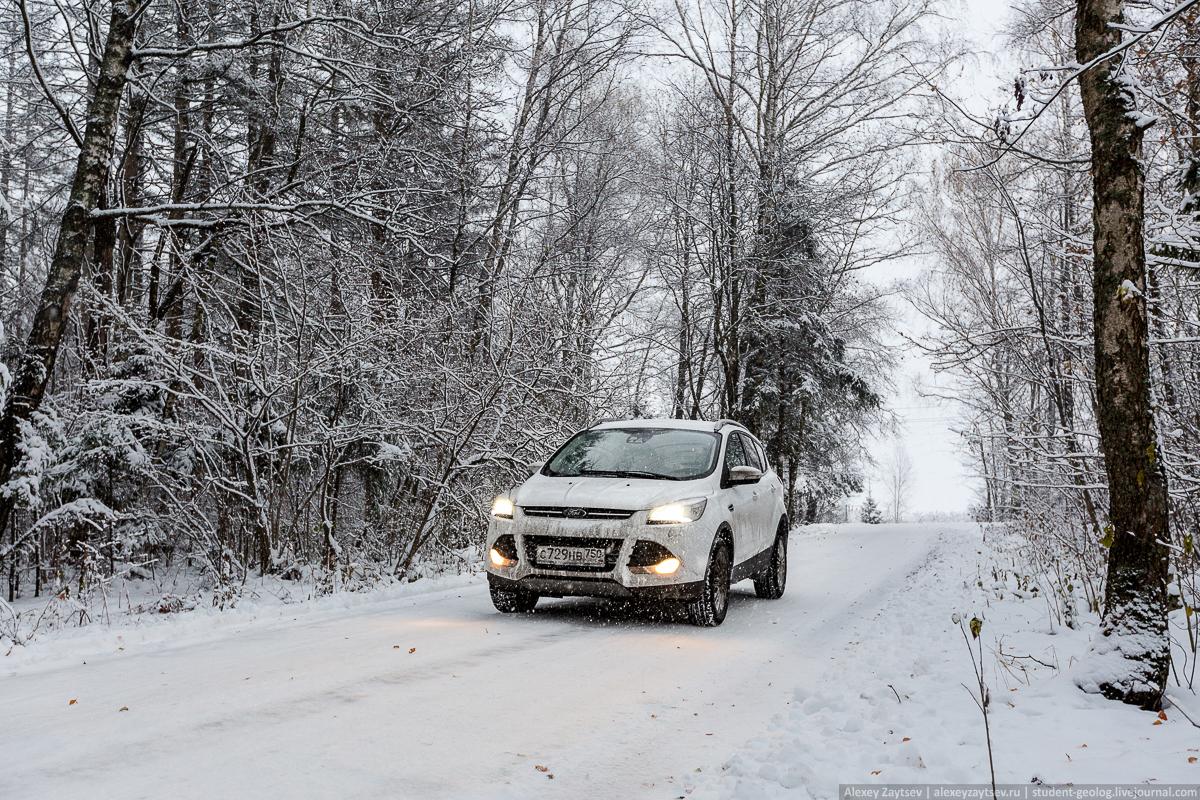 Ford Kuga зимой на проселочной дороге