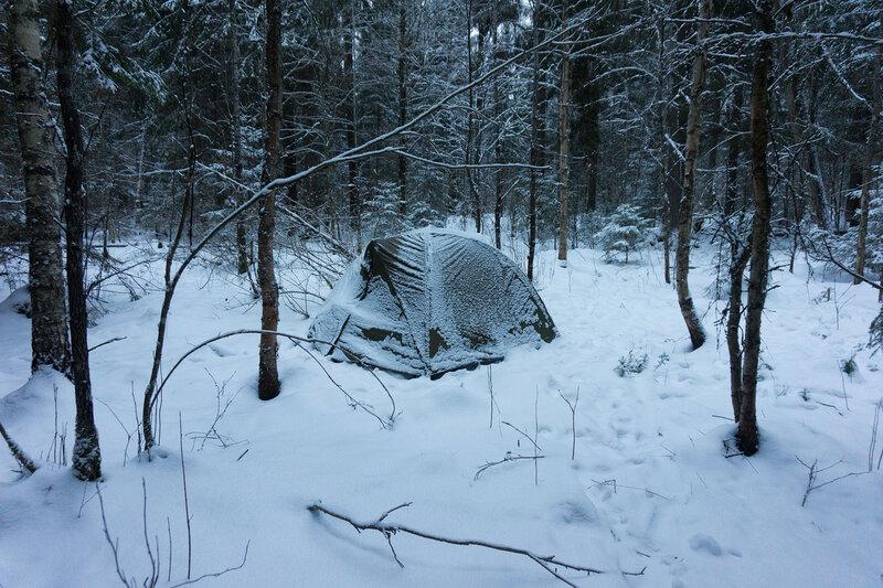 палатка в лесу зимой