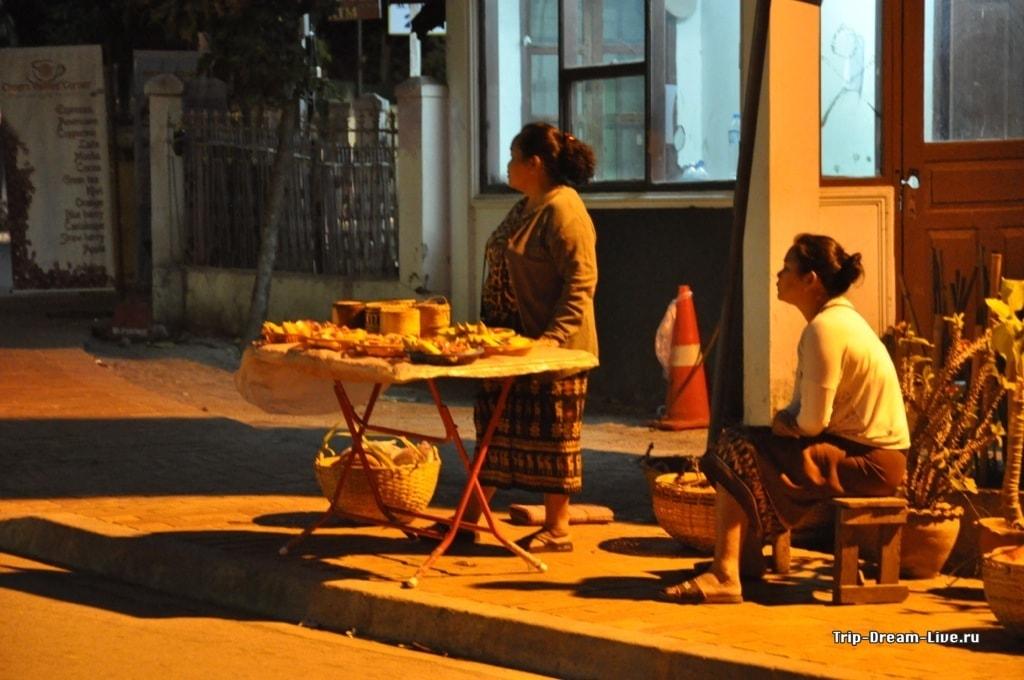 Продавщицы еды для монахов