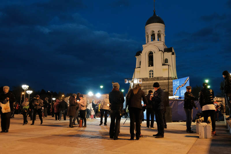 часовня Александра Невского и стенды с портретами