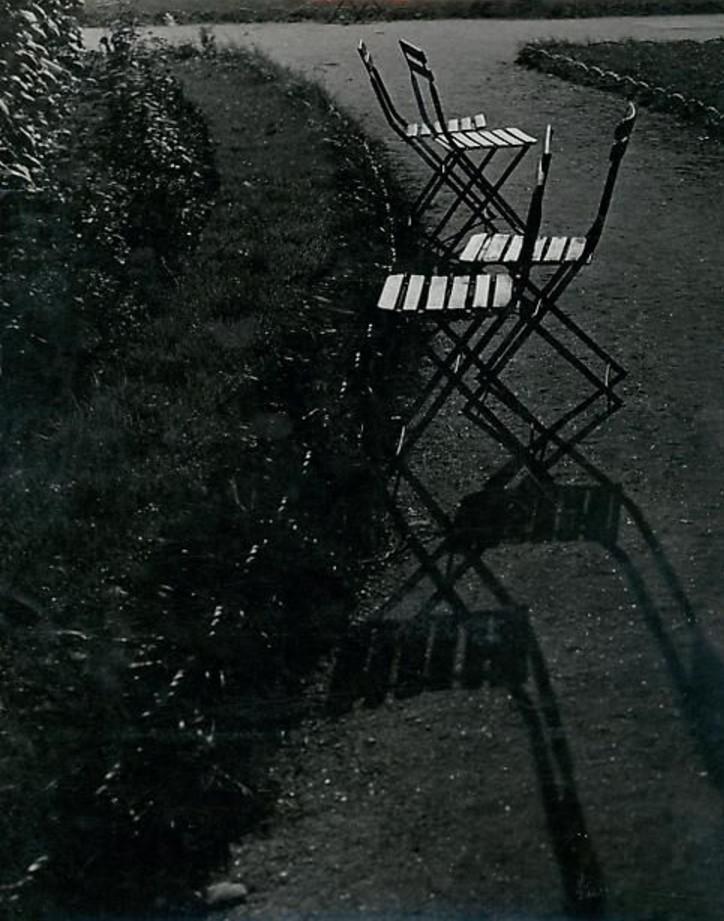 1933. Стулья в саду Тюильри