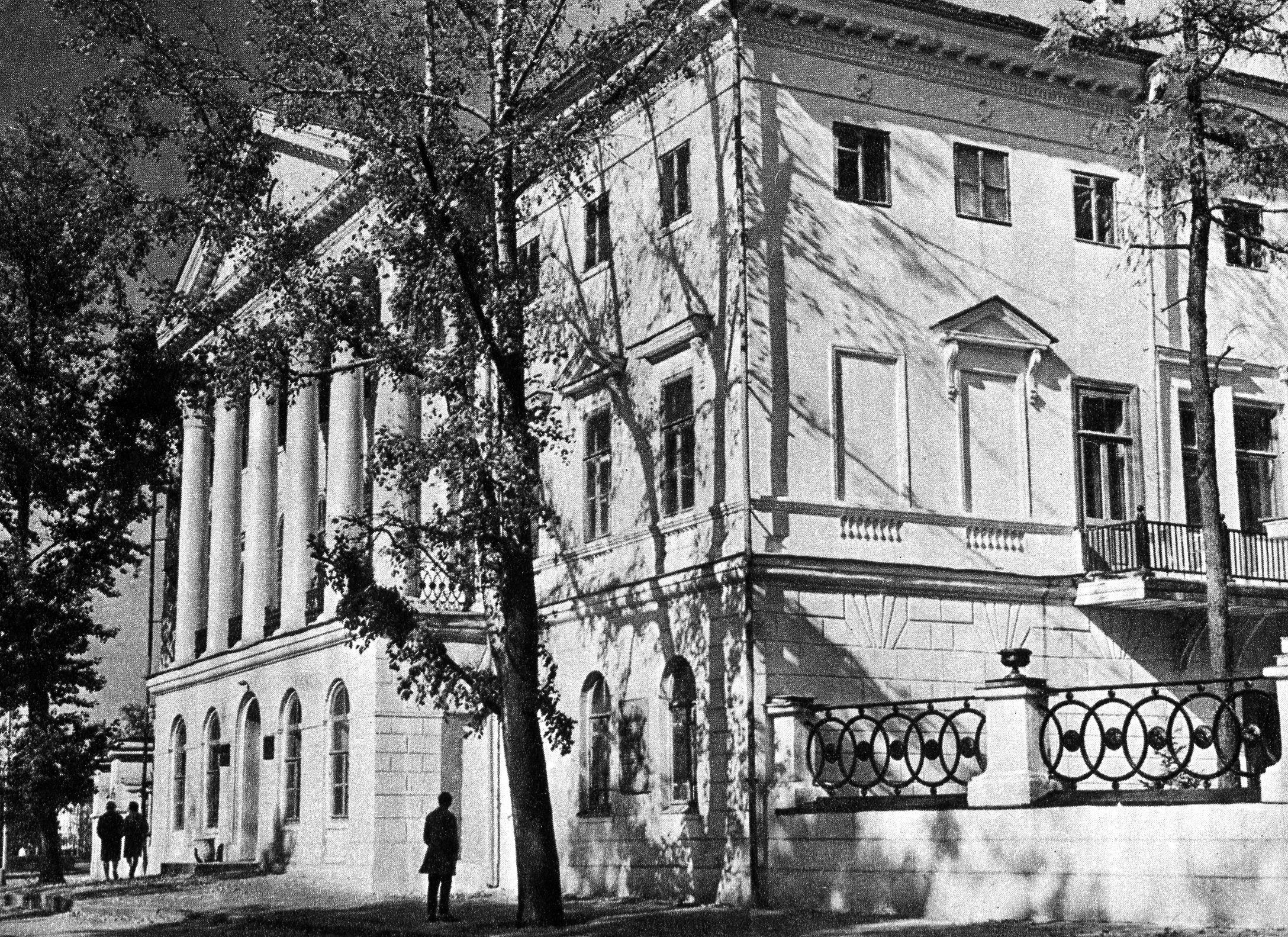 12. Белый дом. Библиотека ИГУ