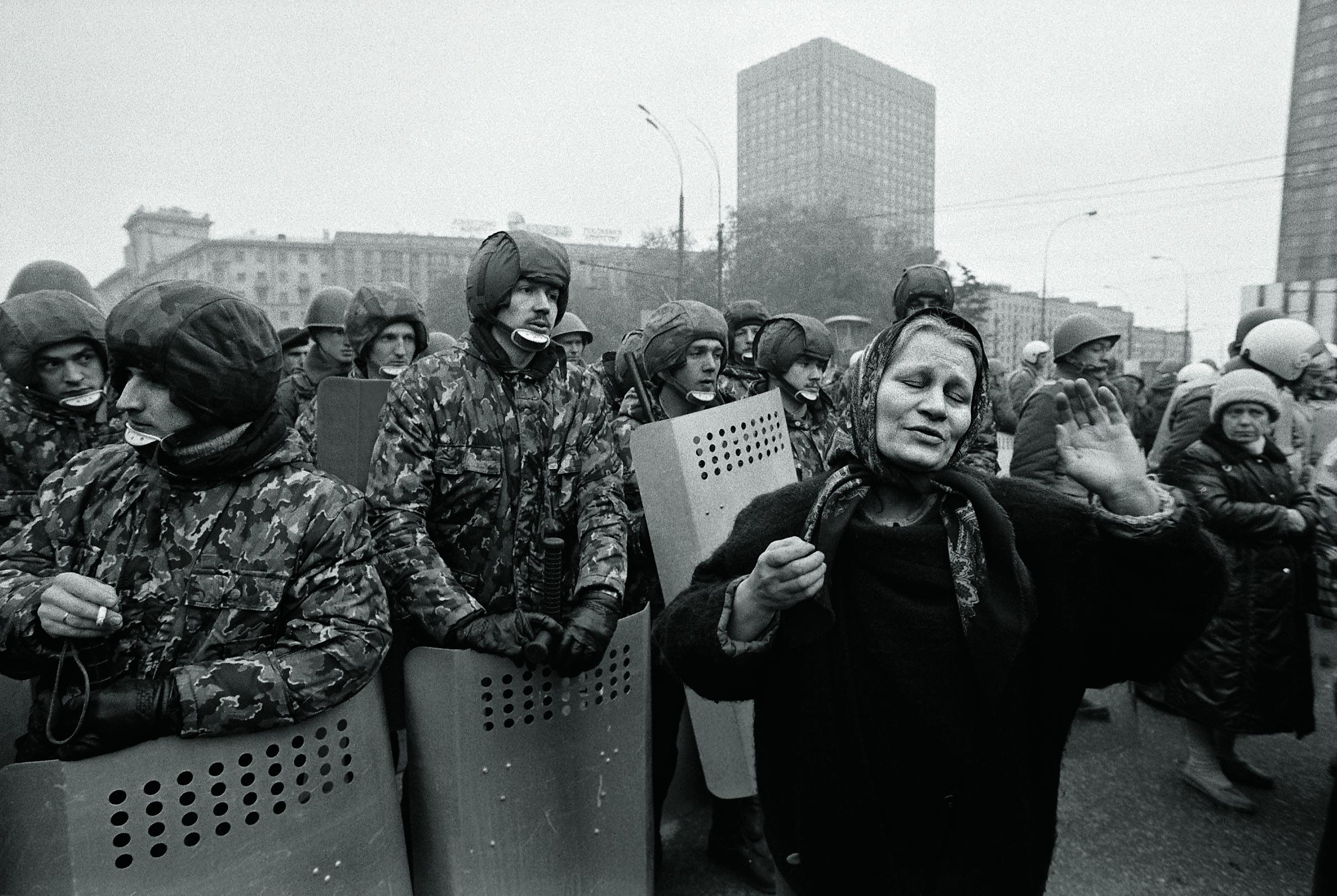 ОМОН блокирует Смоленскую площадь у Министерства иностранных дел на фоне противостояния между Верховным Советом Российской Федерации и президентом Борисом Ельциным 2 октября