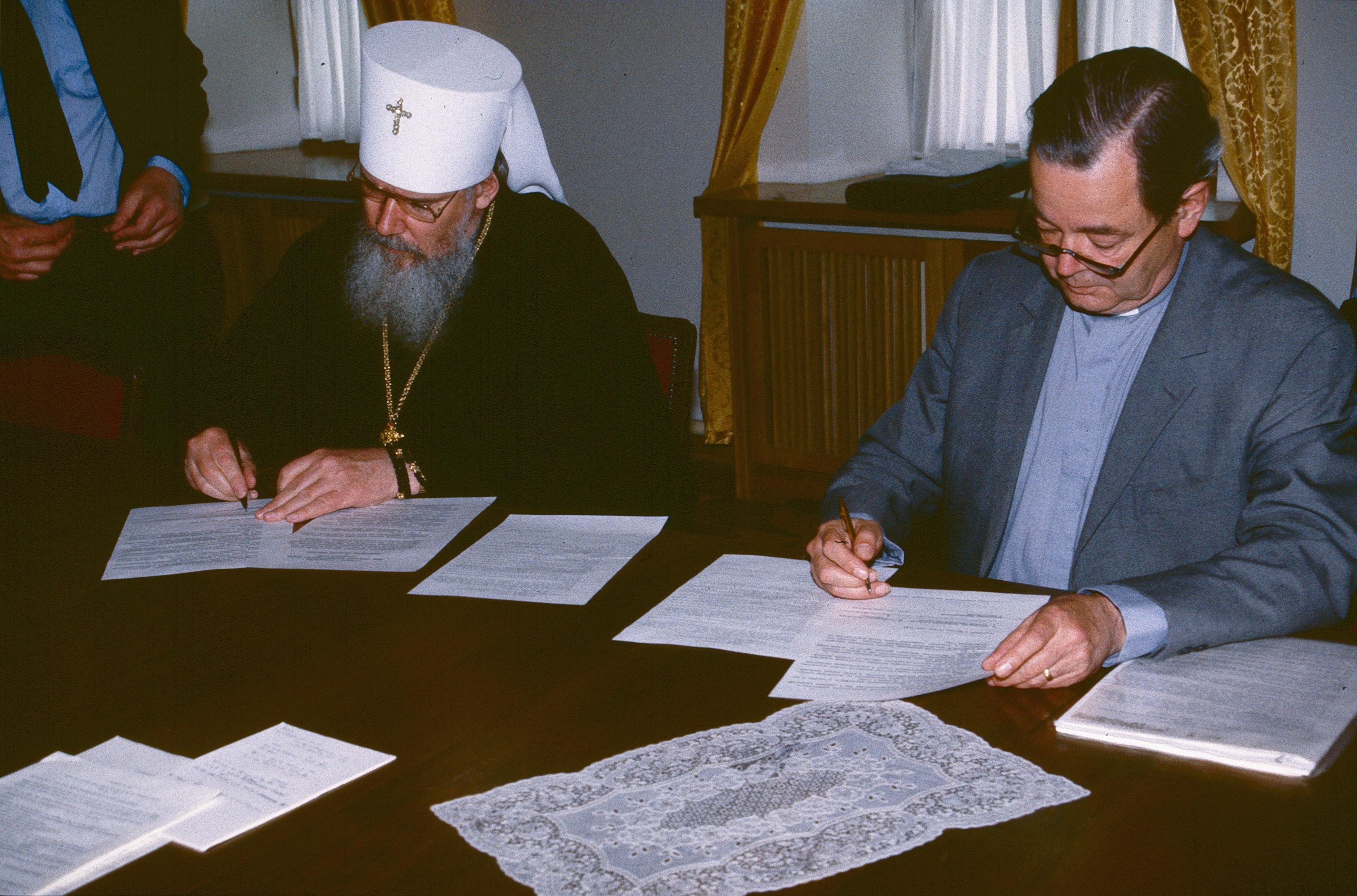 Митрополит Ленинградский Алексий и Ханс Флорин подписывают соглашение о сотрудничестве