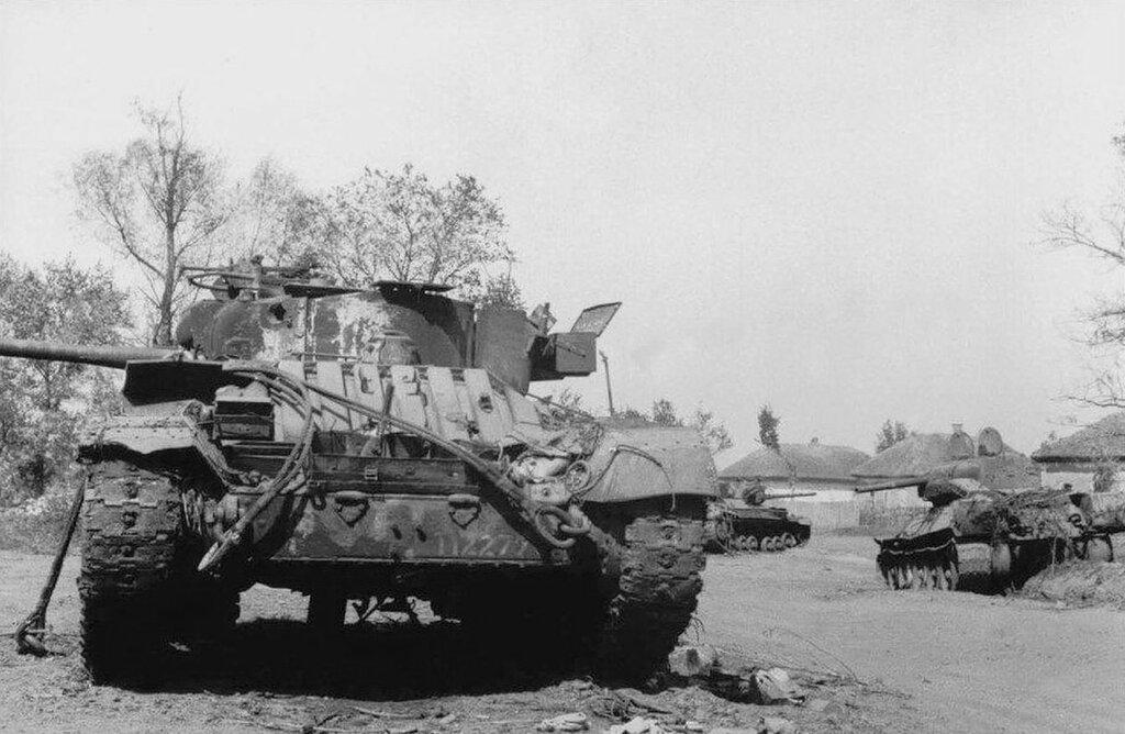"""Подбитый танки Mk.III """"Валентайн"""" и Т-34 обр. 1942 г. 1943 год."""