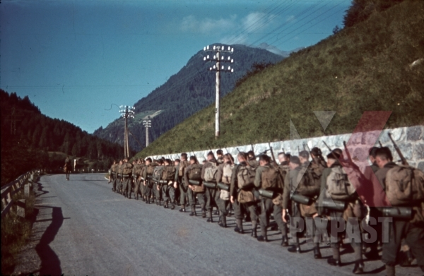 stock-photo-mountain-troopers-marching-in-landeck-austria-1941-11352.jpg
