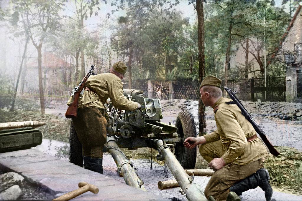 soviet_artillerymen_firing_on_a_street_of_berlin_by_klimbims-d7i7xe4.jpg