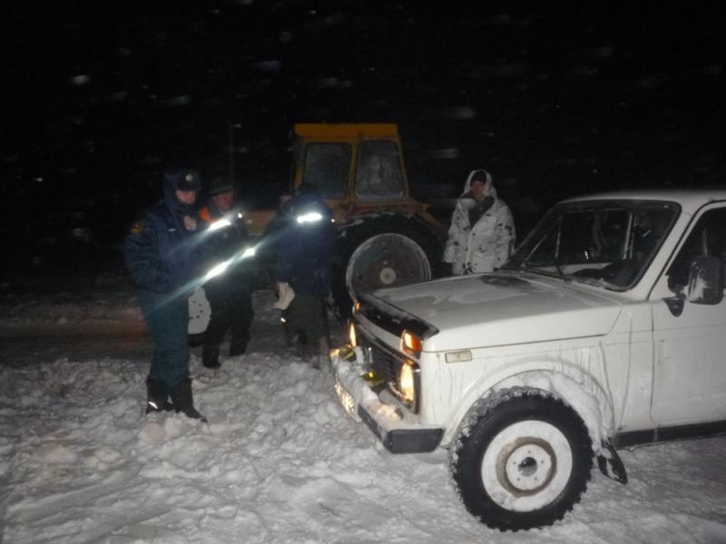 Оренбургские cотрудники экстренных служб  вызволили изснежного плена троих мужчин