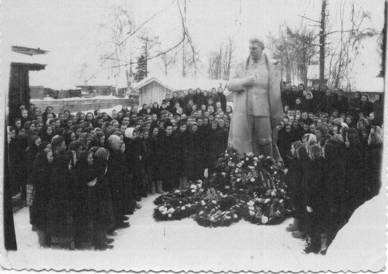 Митинг у памятника Сталину - 1953 в Сольвычегодске