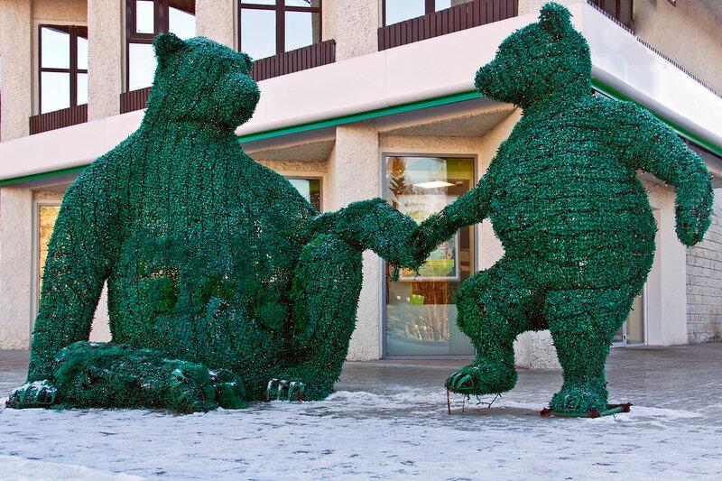 Медведица и медвежонок. Урашение двора